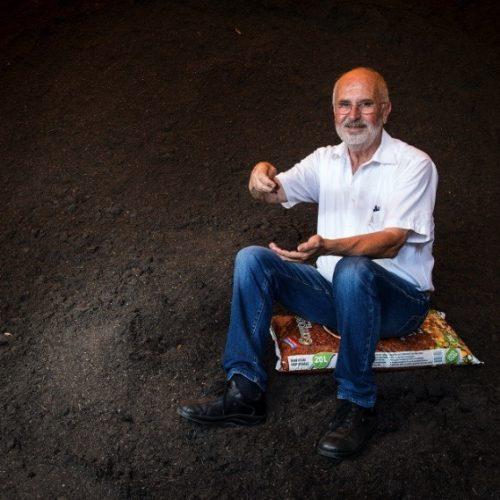 Sergio Benicchio, da decenni esperto nella produzione di terriccio dalla raccolta e lavorazione degli scarti vegetali.